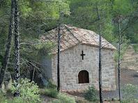 La capella de Sant Andreu de Can Genescà amb el nou portal a la cara sud-ost i la finestra de creu llatina