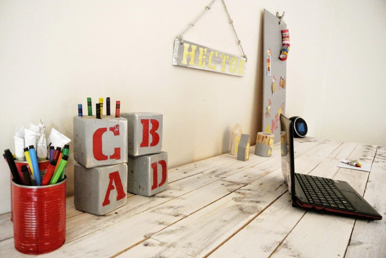 biurko drewniane,organizery i dodatki na biurko z palety,co zrobić z palety krok po kroku,malowanie liter na drewnie,jak wykorzystać puszkę DIY