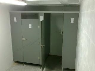 Aseo con puertas de tablero fenólico.