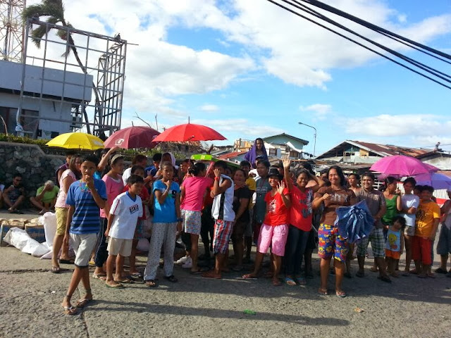 Typhoon Yolanda survivors line up for relief