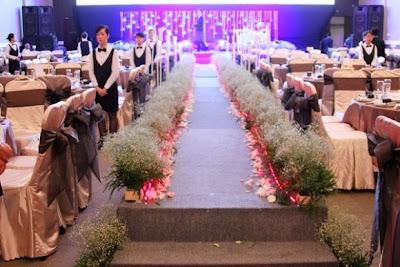 trang trí tiệc cưới có thể thêm hoa tươi quanh bàn tiệc