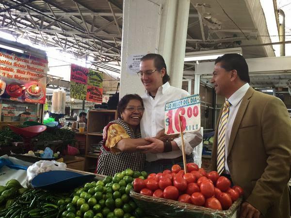 Titular del la SEDECO DF visitando a el Mercado Tacubaya
