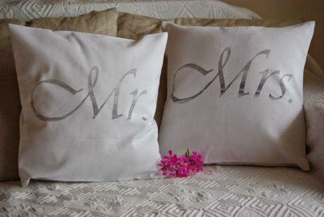 mr. , mrs. , poduszki na łóżko