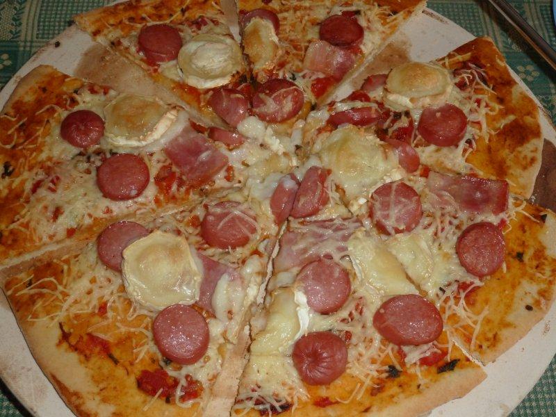 Pizza de salsicha e queijo de cabra