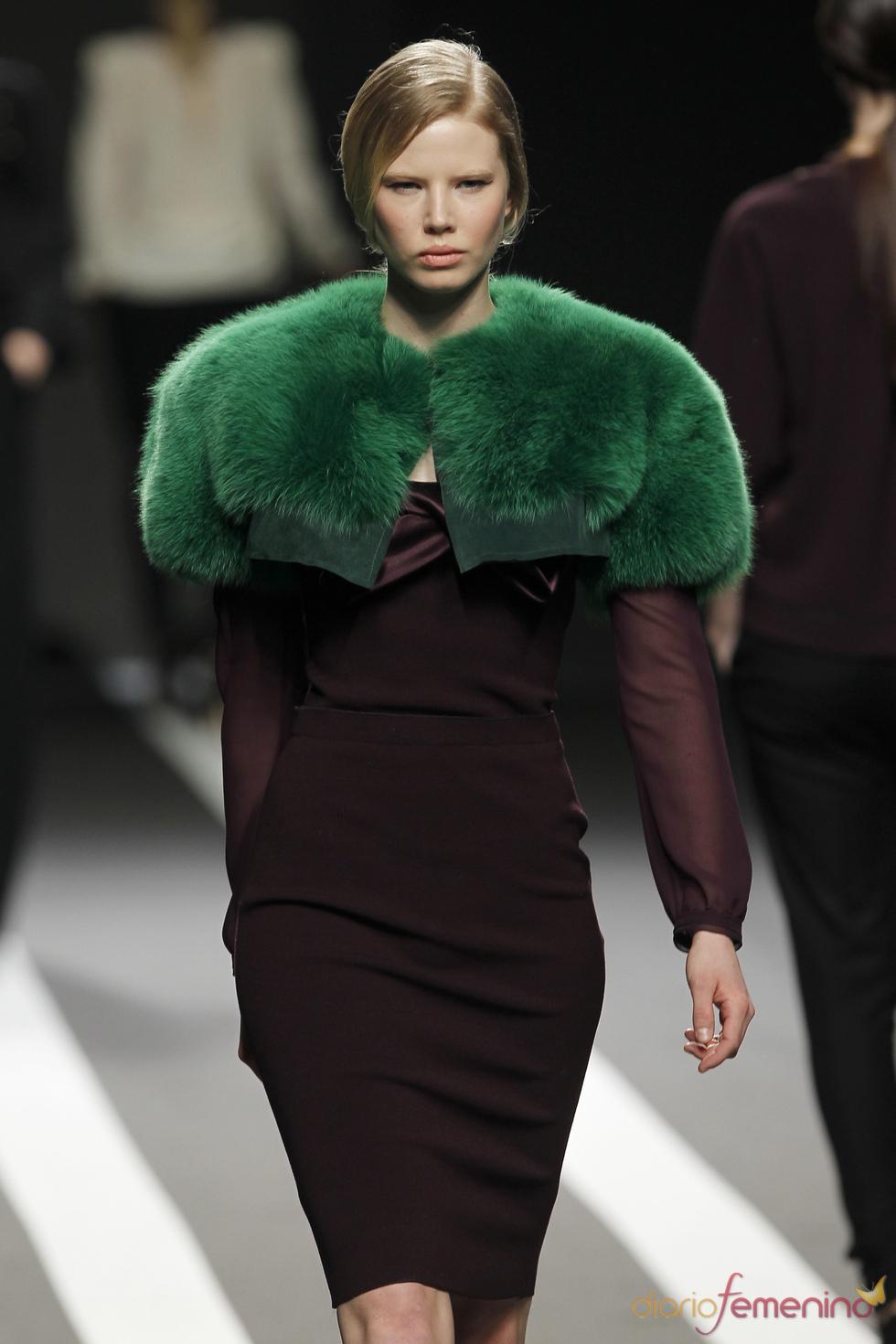 3364979aa ESTOLAS- se for de pele (sintética, claro) eleja uma cor sóbria, como preto,  azul marinho ou cinza, para usar sobre casacos diferentes.