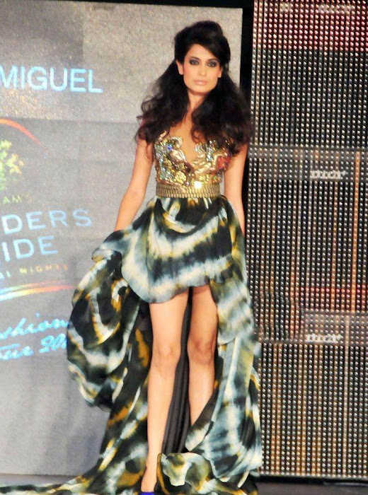 sarahjanedias rwalk at blenderspridefashiontour actress pics