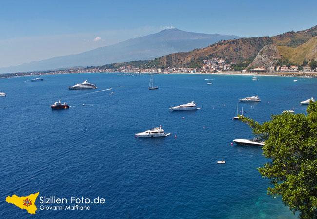 Bucht von Giardini Naxos mit Vulkan Ätna