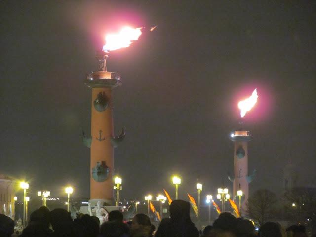 огни на Ростральных колоннах в Петербурге