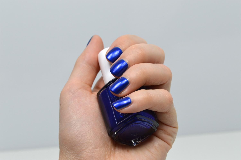Blauer Nagellack Essie lackiert