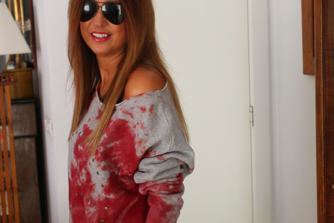 Look con sudadera desteñida en rojo de The Hip Tee, Street Style, Look, Carmen Hummer, Blog de moda, Cool, Isadora Comillas, Las Rozas Villages, Shopping