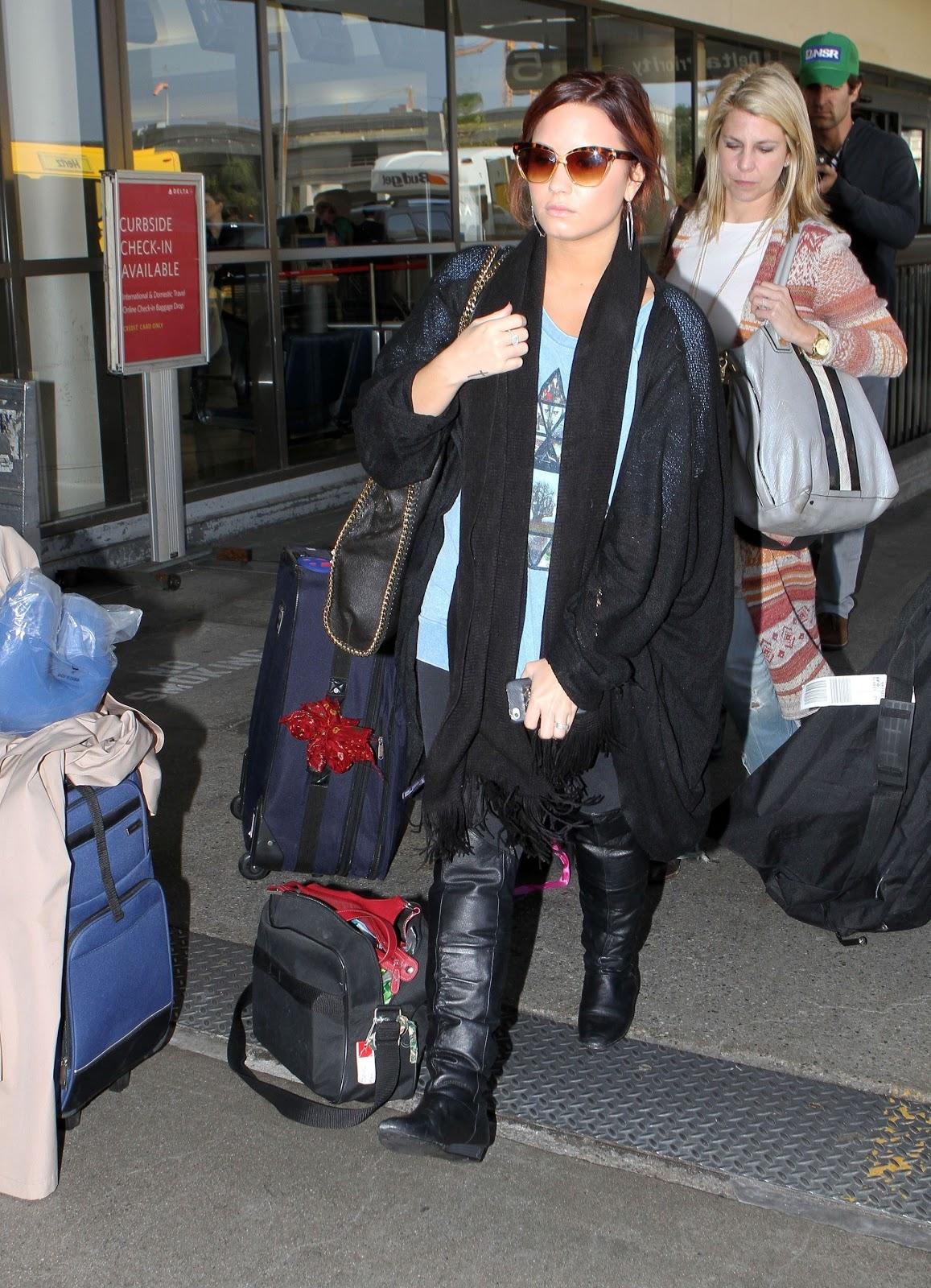 http://2.bp.blogspot.com/-ZlMle4k1qN4/TvnL8U8XnKI/AAAAAAAAQOo/FA5eMQo-OBM/s1600/CU-Demi+Lovato+arrives+at+LAX-06.JPG