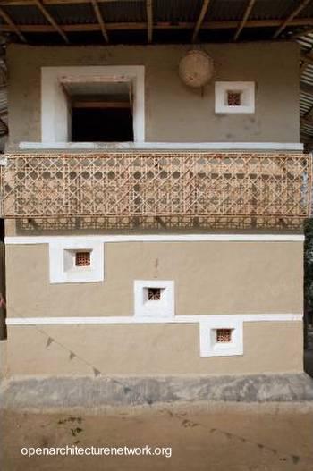 Casa en la India hecha de adobe y cañas de bambú
