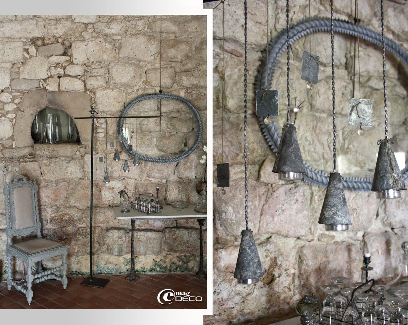 Lampadaire composé de quatre petites cornettes en zinc suspendues à des fils électriques tressés, création Béatrice Loncle et Geneviève Cazottes