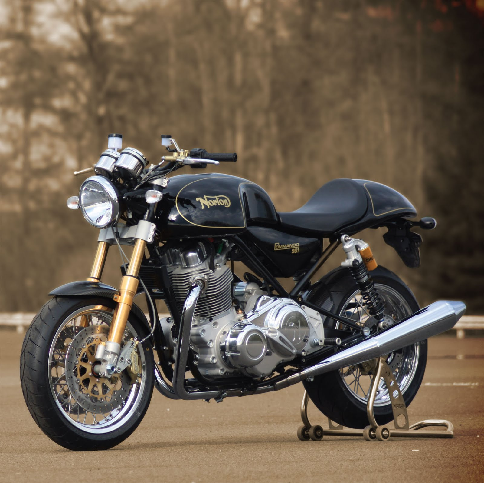 awesome motor racing 2011 cafe racer norton commando 961. Black Bedroom Furniture Sets. Home Design Ideas