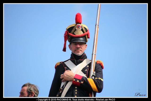 soldat montant la garde du haut des fortifications lors de la reconstitution du bicentenaire du siège de Rocroi