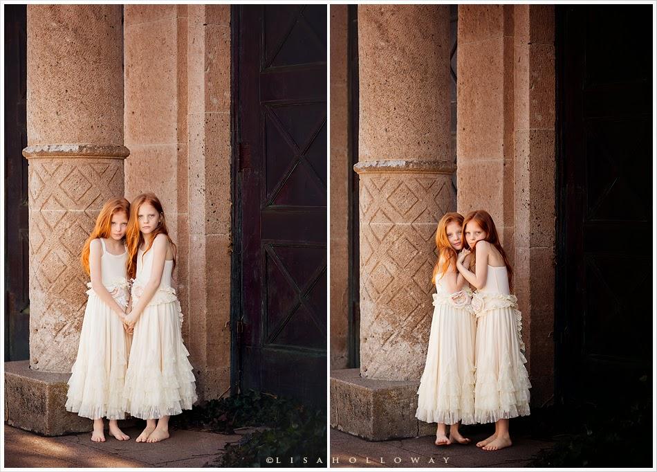 photo de Lisa Holloway représentant un dyptique de 2 jeunes filles rousses en robe blanche devant une colonne