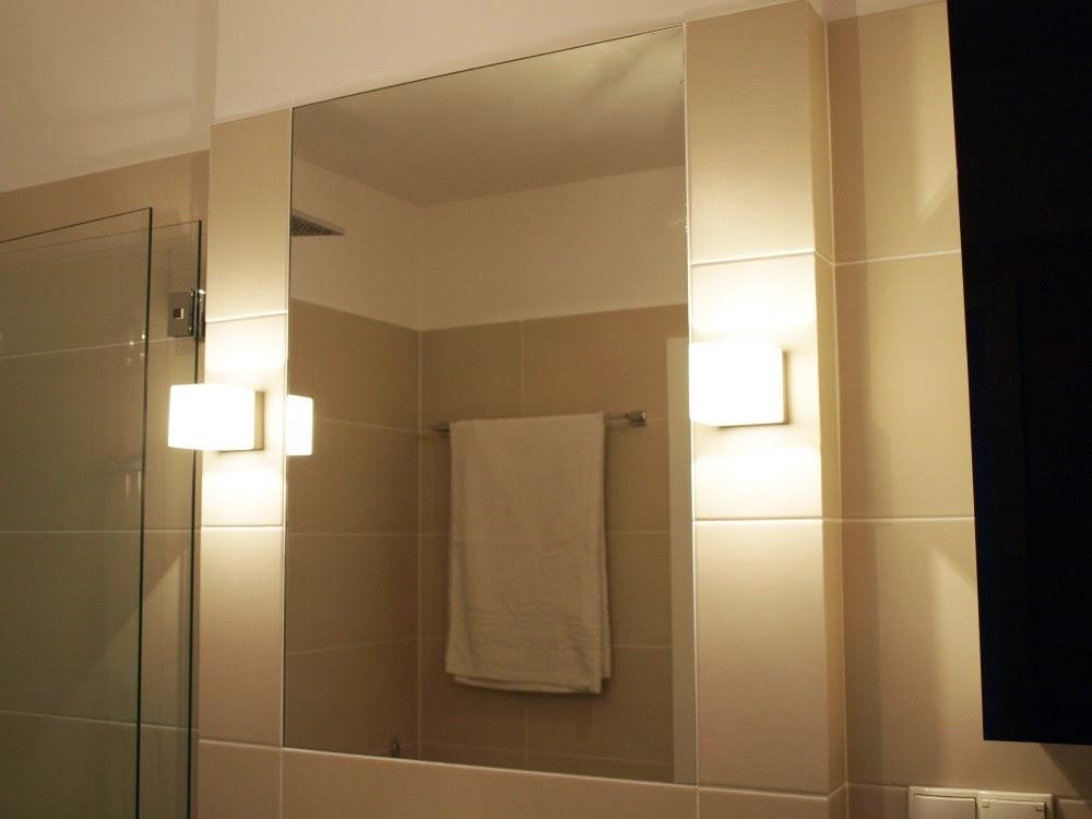 Łazienka w stylu SPA, płytki imitujące drewno w łazience.