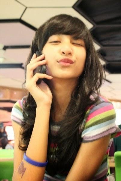 Foto Cantik Mikha Tambayong sedang telepon