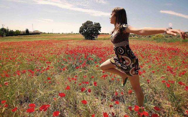 Vrouw tussen de rode bloemen