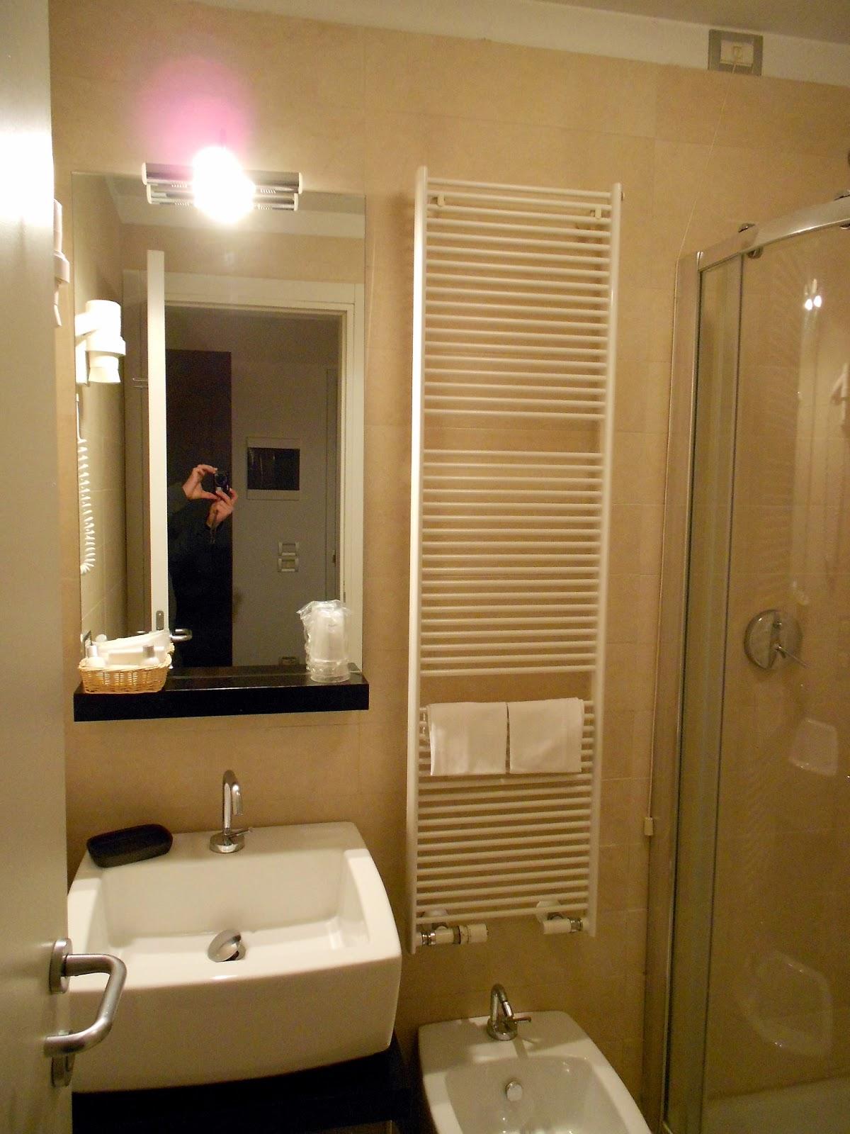 Toallero Baño Pequeno:El baño es también moderno, aunque quizás un poco pequeño, pero