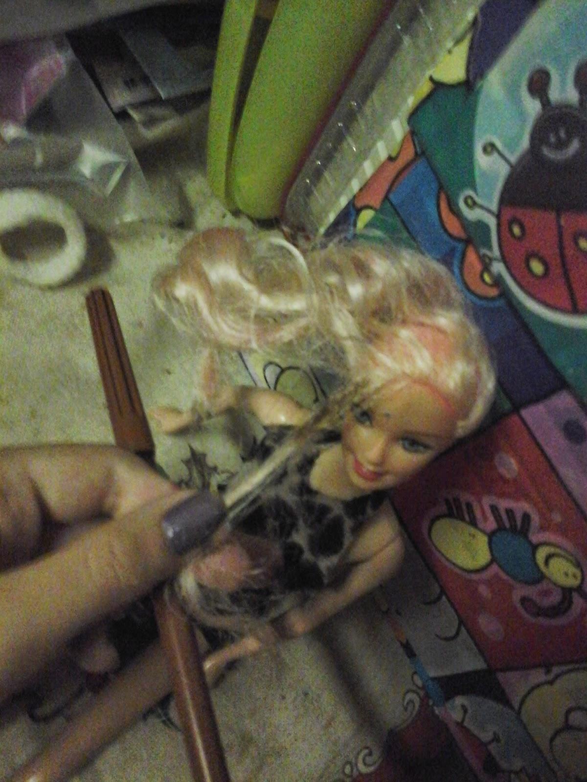 fazendo mechas na barbie