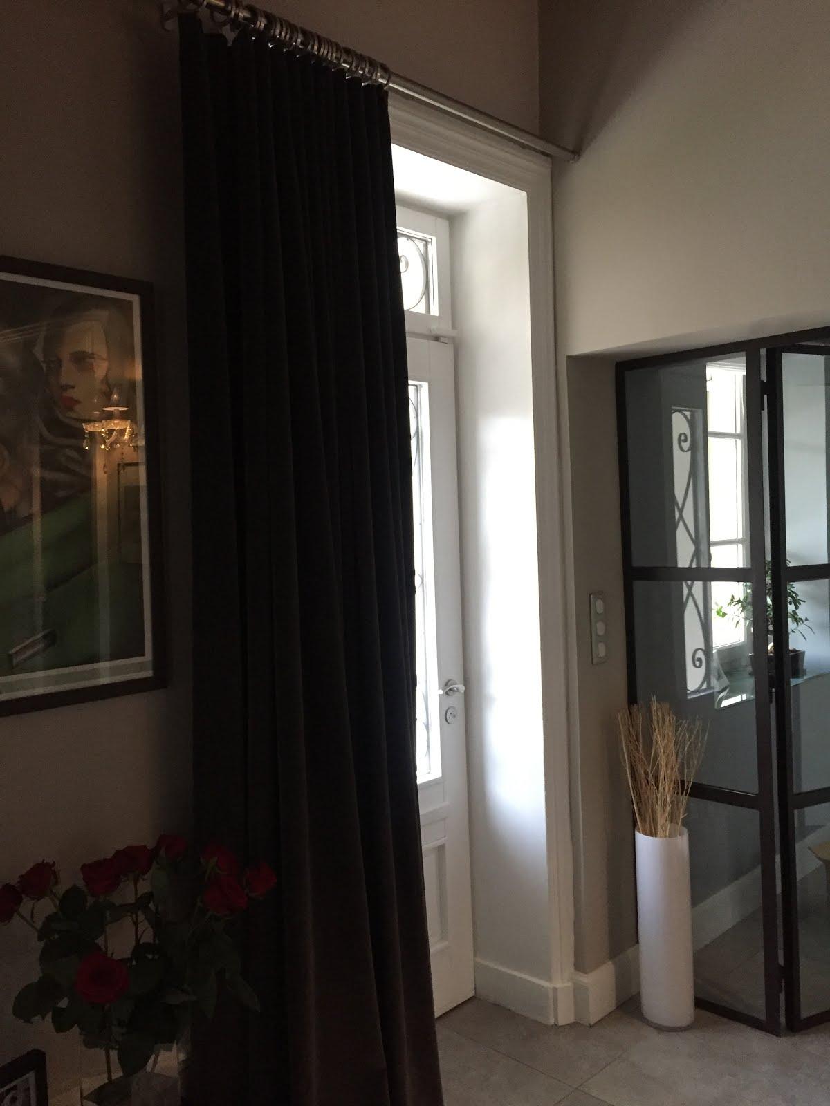 un fauteuil dans la cour rideaux velours sur mesure. Black Bedroom Furniture Sets. Home Design Ideas