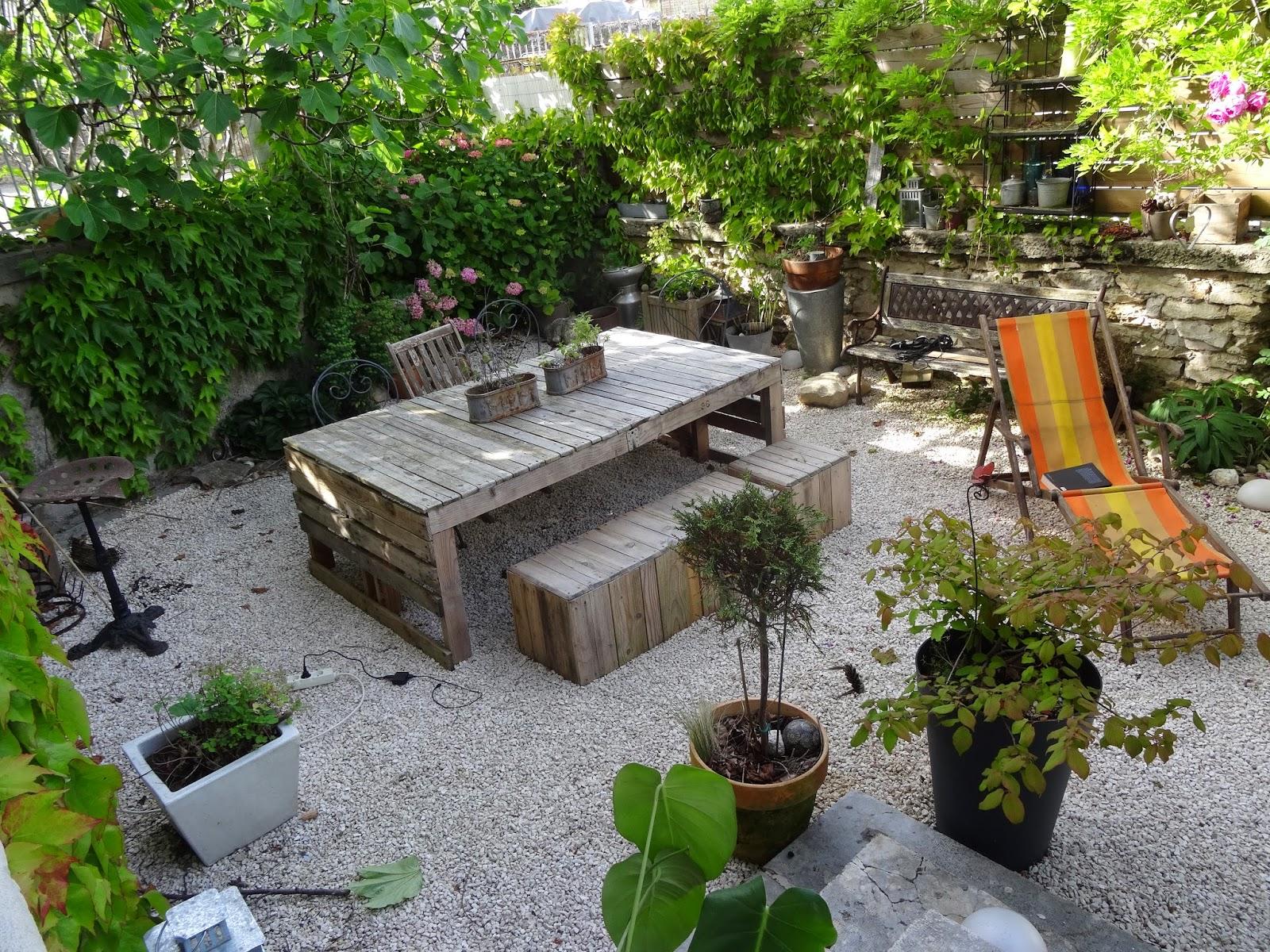 notre belle bourgeoise la maison vue de l 39 ext rieur. Black Bedroom Furniture Sets. Home Design Ideas