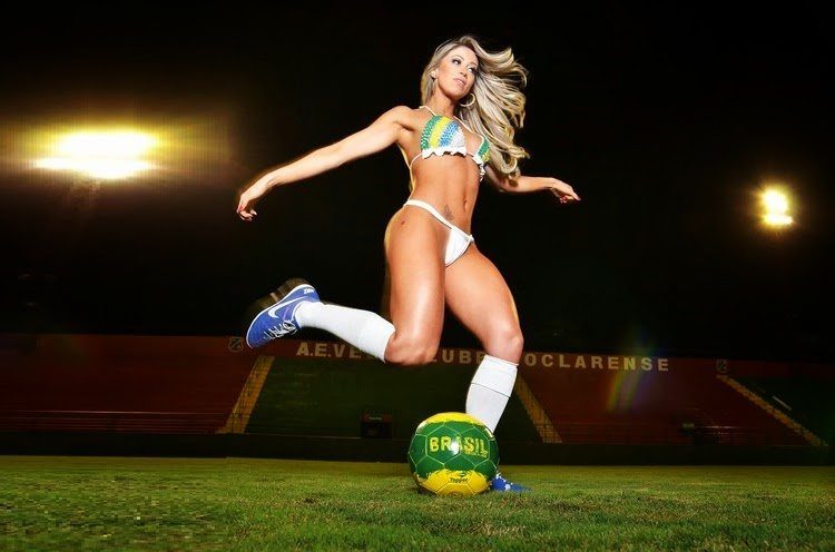 Carol Narizinho com uniforme da Seleção Brasileira de Futebol