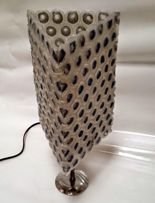 El mundo del reciclaje diy l mpara con tapones de pl stico for Manualidades con bolitas