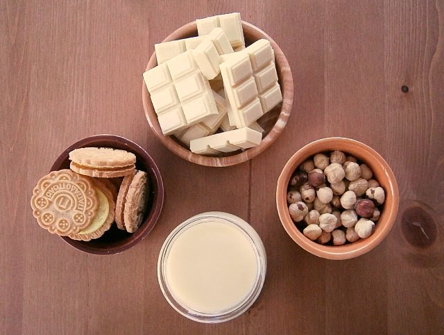 Fudge με λευκή σοκολάτα, φουντούκια και μπισκότα γεμιστά Παπαδοπούλου λεμόνι Υλικά