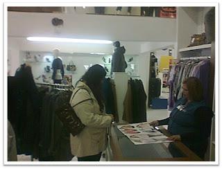 Liliana conferindo o catálogo da Paullista