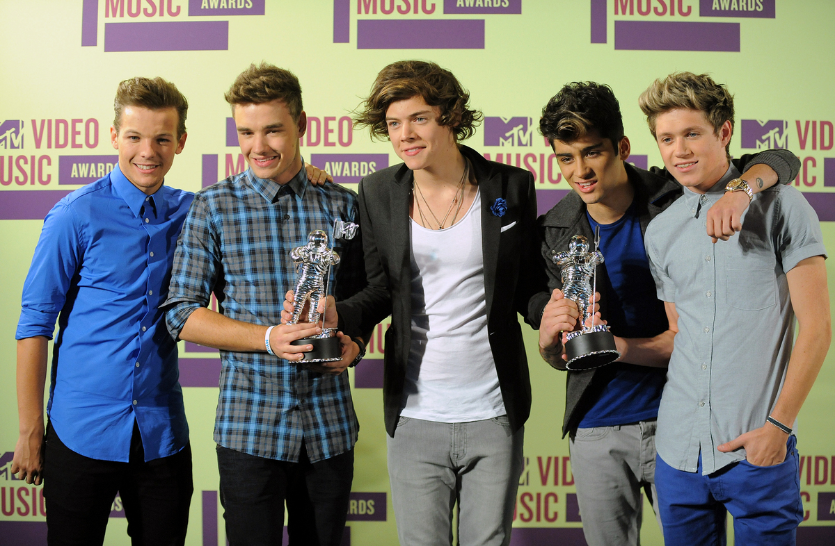 http://2.bp.blogspot.com/-ZoqK5N1zac4/UEoZ0BkEafI/AAAAAAAAB64/WzbuRAi83Es/s1600/Members+of+the+British+band+One+Direction,+from+left,+Louis+Tomlinson,+Liam+Payne,+Harry+Styles,+Zayn+Malik+and+Niall+Horan+pose+backstage.jpg