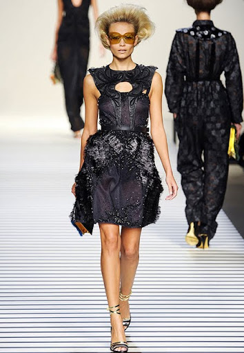 Къса черна рокля с атрактивен дизайн от Fendi