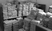 Enormes y saturados archivos de papel