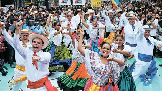 Extranjeros en traje típico al ritmo de Kangnam Style. | Historias y