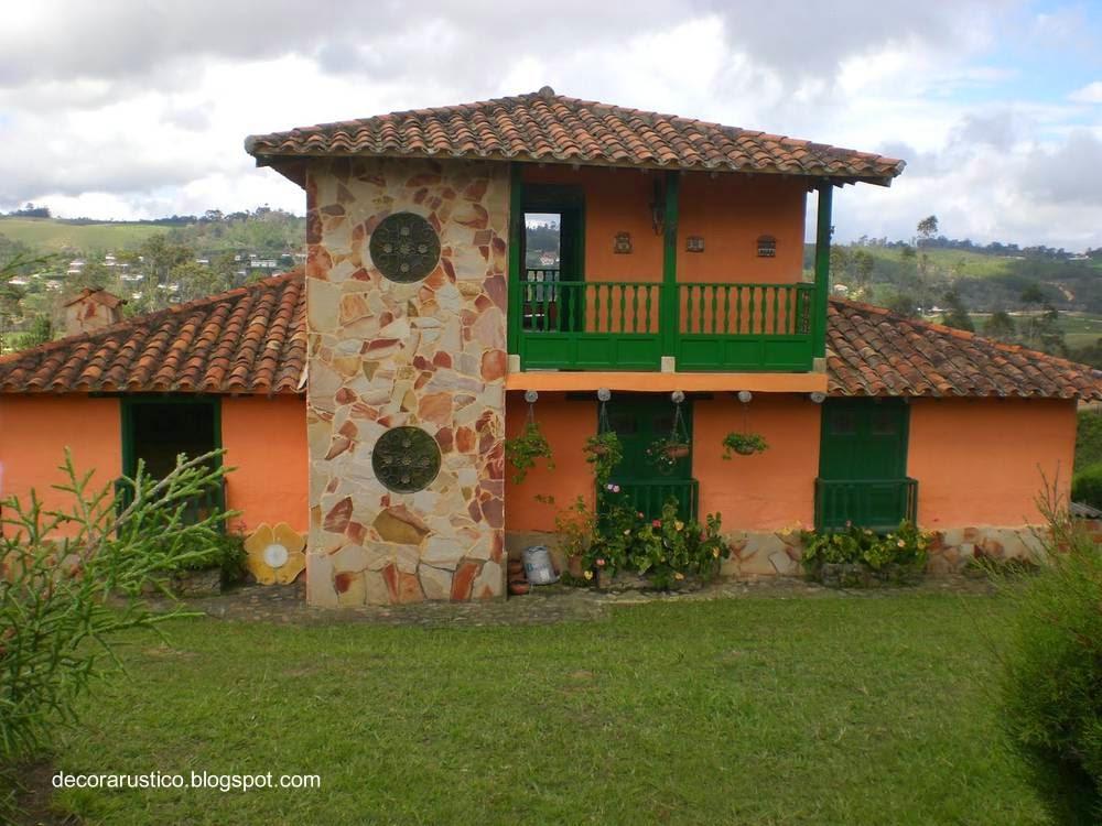 Casa de campo tradicional de dos plantas con techo de tejas