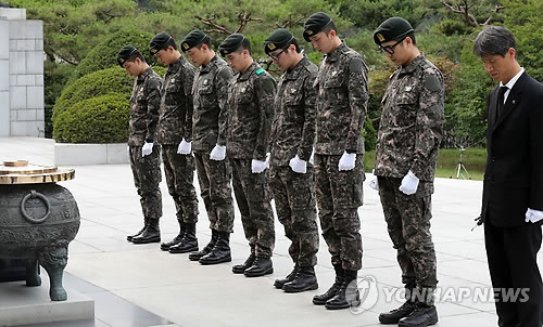 rok soldiers at seoul national cemetary