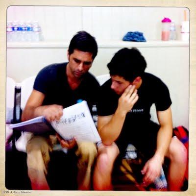 Nick jonas y John Stamos estudiando Hairspray 50704_la