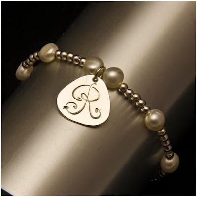 Pulsera chapa inicial grabada en plata y perlas. Joyería Artesanal Personalizada