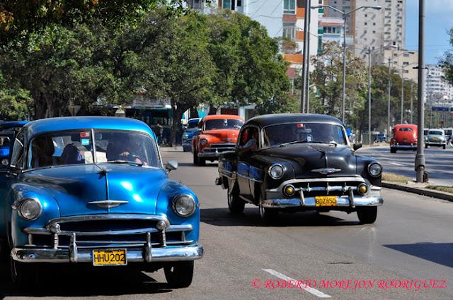Carros americanos en la calle Línea en el Vedado, La Habana, Cuba