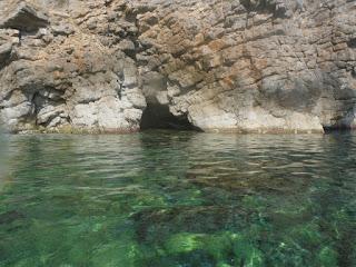 Una petita cova on en Javi es va ficar, es veu la proa al forat.