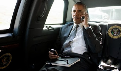 """Siempre supimos que el presidente de los EE.UU. Barack Obama le ha gustado BlackBerry. Pese a lasafirmaciones de la CIA y la NSA para dejar de usar su BlackBerry, Obama se opuso. Por supuesto, el uso de un BlackBerry por parte de Obama no va a resolver los problemas de laempresa. Sin embargo, No es algo malo tener al presidente de los EE.UU. utilizando un producto deBlackBerry. Durante la NBC Nightly News con Brian Williams el anfitrión recordó a millones de personas que el hombremás poderoso del mundo no ha cambiado a un iPhone: Andrea Mitchell: """"El presidente Obama es"""