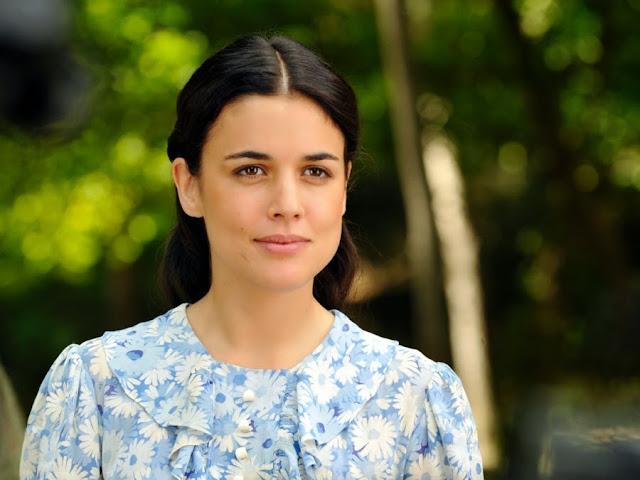 Sira Quiroga con vestido de flores blancas y azules cuando deja a Ignacio. El tiempo entre costuras. Capítulo 1.