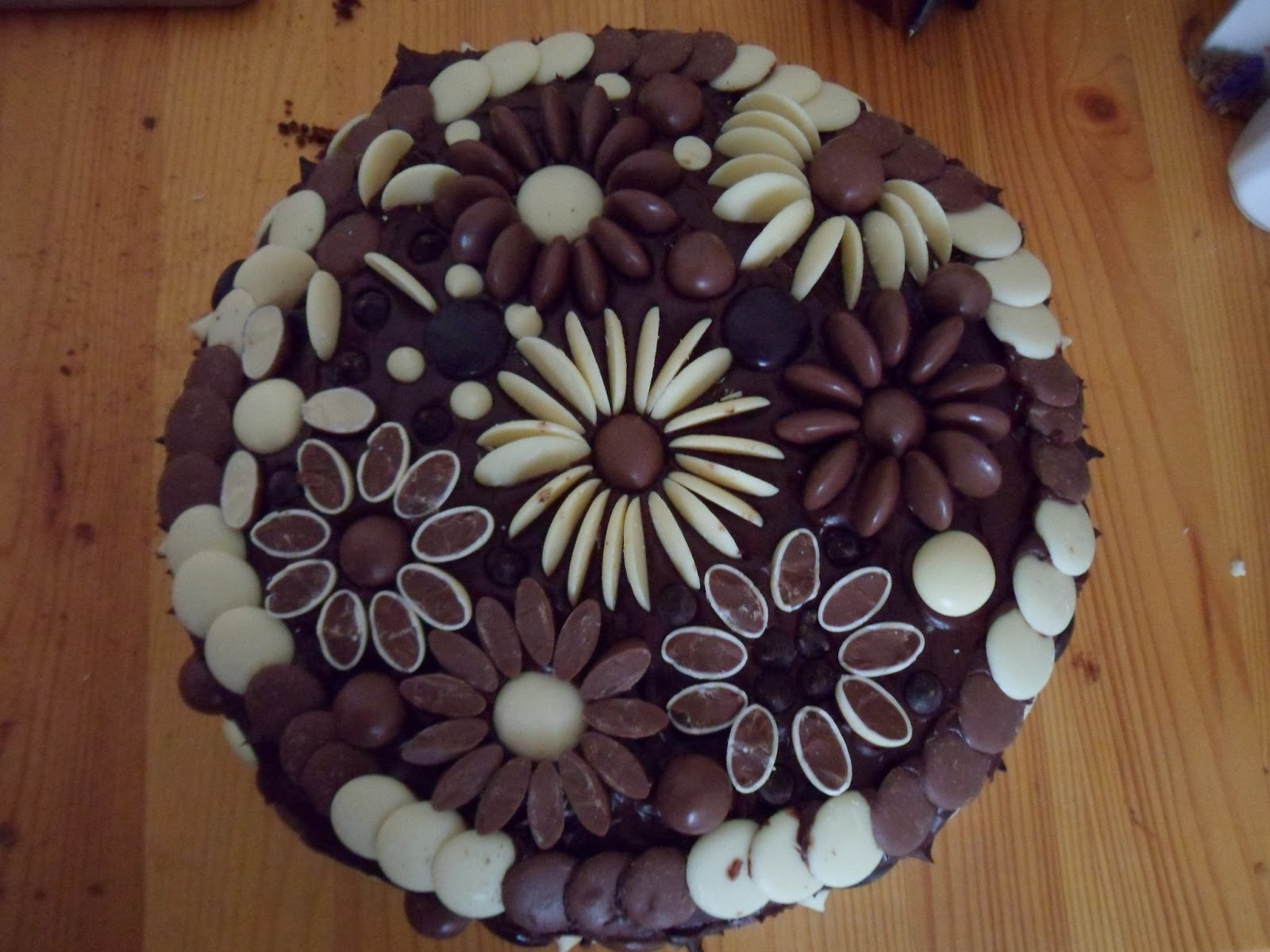 Cake Designs With Chocolate Buttons : Cakes & Bakes