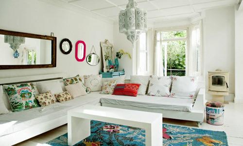 ruang tamu menyatu dengan ruang keluarga