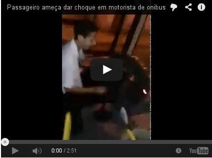 Passageiro dá choque em motorista com ônibus em movimento, ASSISTA NO VIDEO ACIMA: