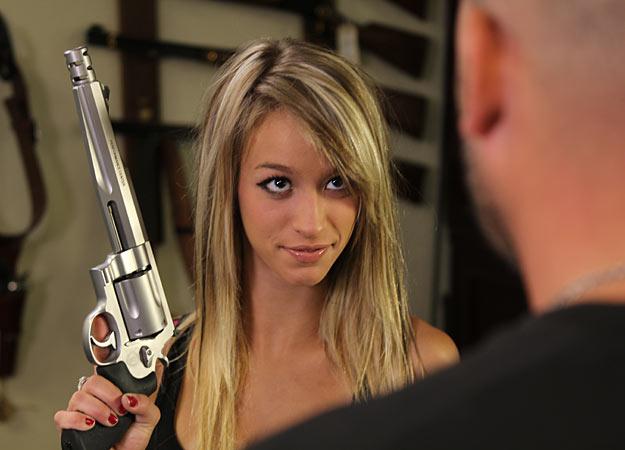 [IMG]http://2.bp.blogspot.com/-ZtutHXVNfdg/T3nKw57nxlI/AAAAAAAAFQc/gEoq1WGQwko/s1600/05-paige-american-guns.jpg[/IMG]