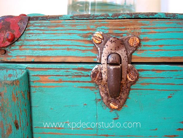 Maletas y cajas antiguas de madera decapada estilo nórdico