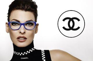 名模Linda Evangelista戴上Chanel藍色的膠框眼鏡,潮得來一臉貴氣。