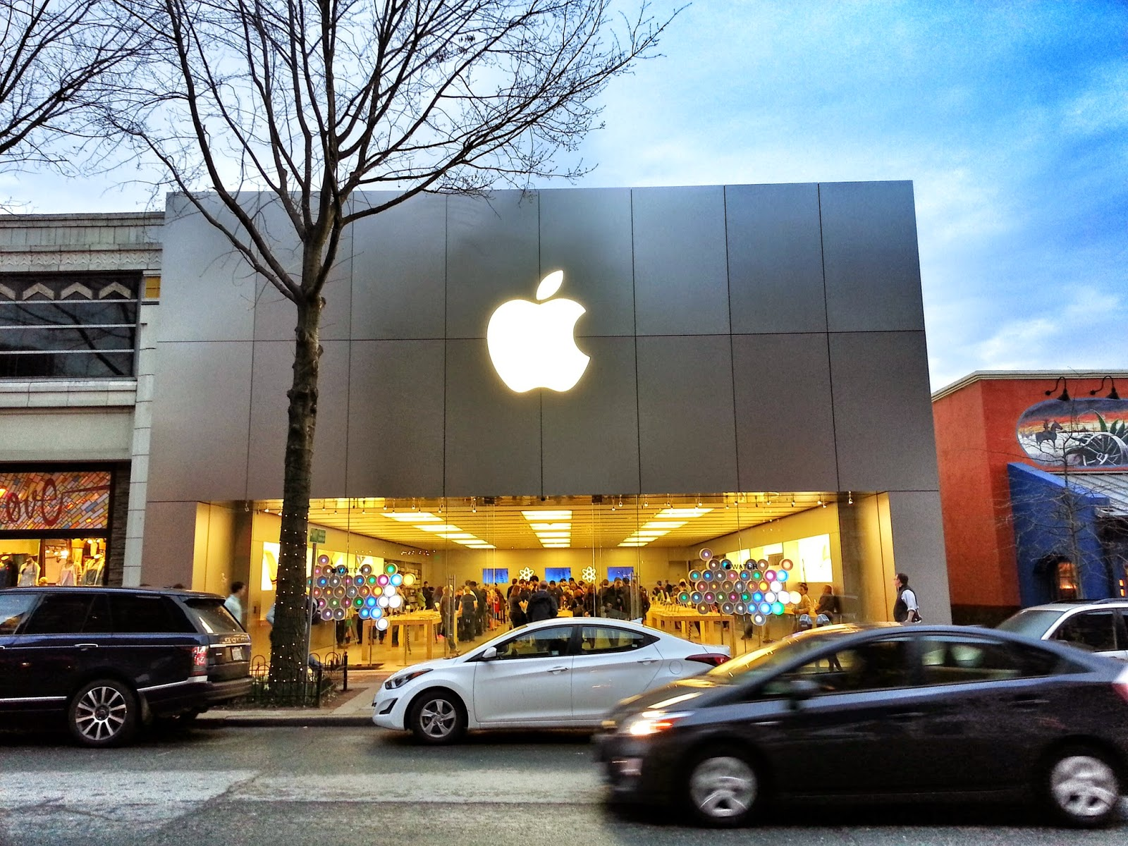 Get directions. The Apple Store is located in Montgomery Mall on the upper level, center court, next to Banana Republic. Montgomery Mall is located just off the I spur,. 5mi north of the I/Capital Beltway in NW Bethesda.